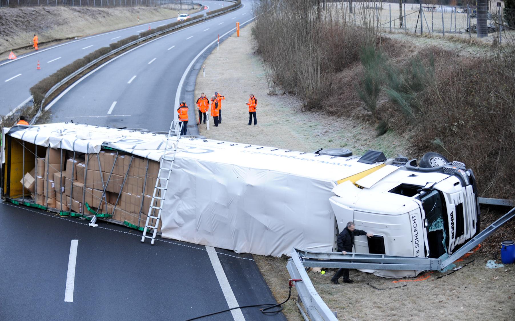 Unfall auf der A13 (Polizeifoto Sattelschlepperunfall bei Cama: Kapo Graubünden)