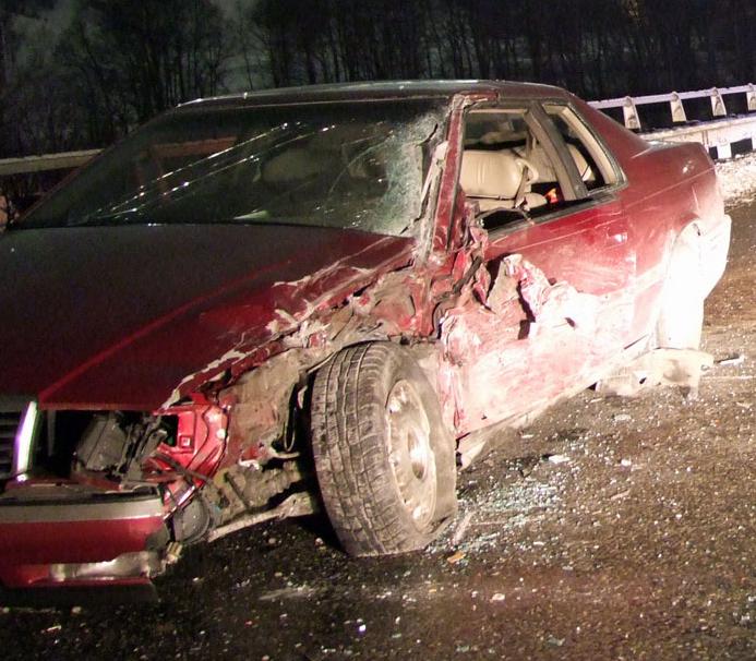 Unfall auf der A13 bei Splügen: BMW und Lkw stoßen zusammen (Polizeifotos: Kapo Graubünden)