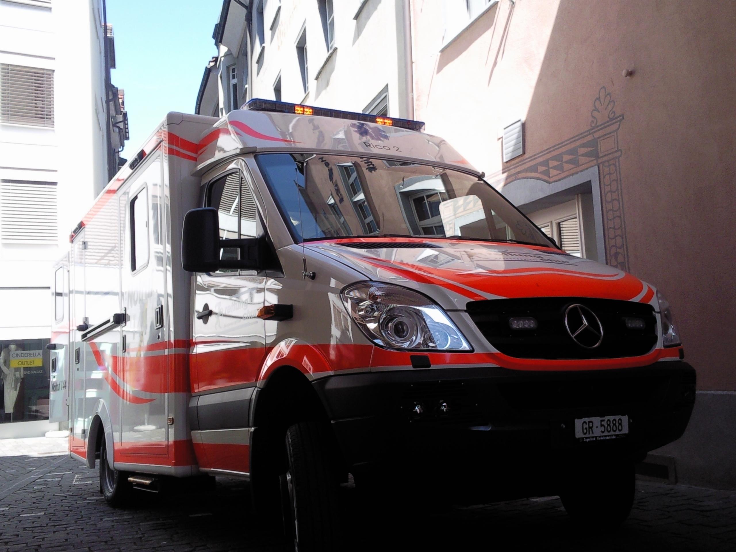 Das fünfjährige Mädchen erlitt dabei einen Beinbruch und mußte von einer Ambulanzmannschaft der Rettung Chur ins Kantonsspital Graubünden eingeliefert werden. (Archivfoto: Remo Massat / Schlagwort AG)