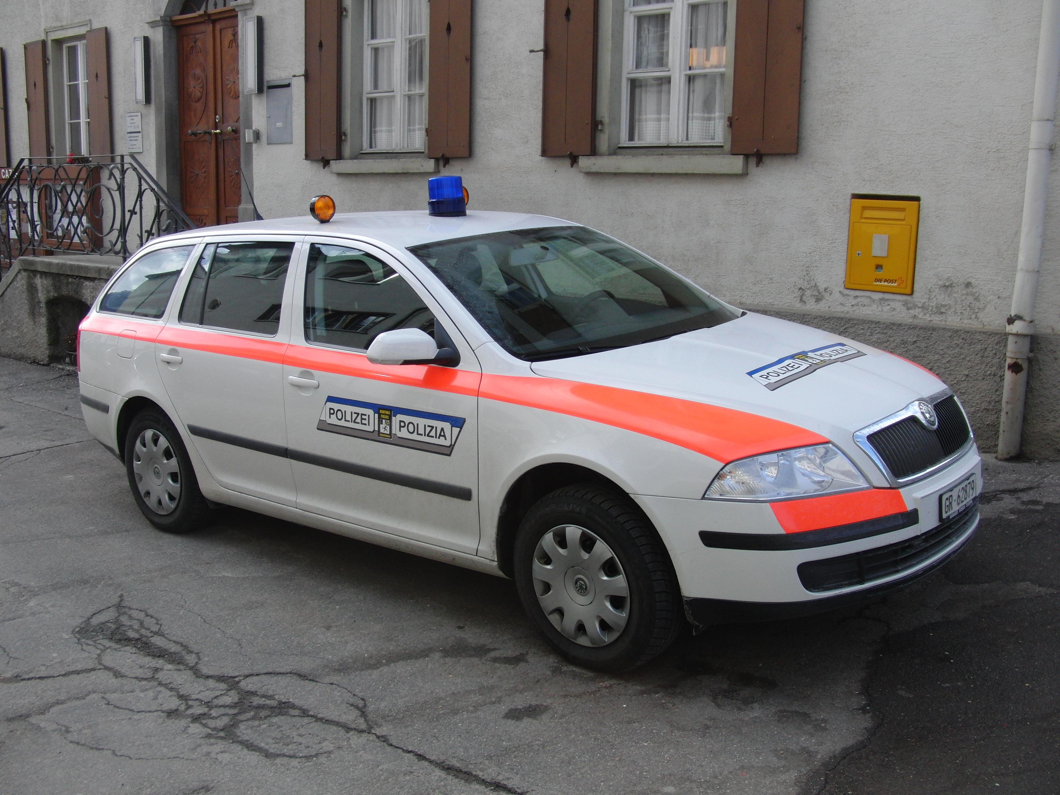 Die Einbrüche fanden zwischen August und Oktober 2012 in Andeer, Lostallo, Leggia, Misox (Mesocco), Summaprada (Gemeinde Cazis) und Thusis statt. (Archivfoto: Kapo Graubünden vor dem Gemeindehaus Cazis)