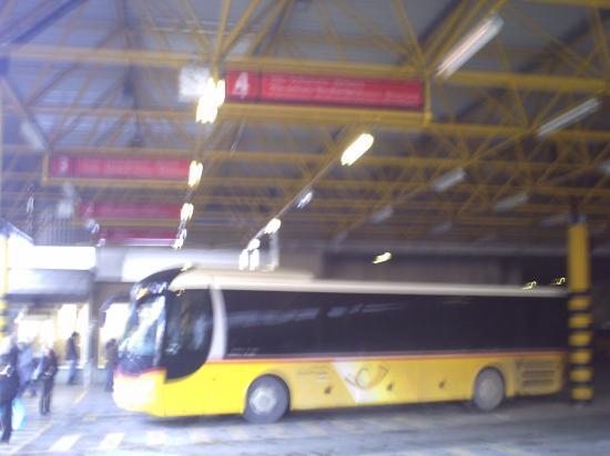 Postauto in Thusis amm Busbahnhof (Archivfoto - von hier bzw. Chur werden die Strecken in den Süden bedient...) )