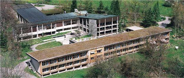 Ausgerechnet die Försterschule in Maienfeld ist eine häßliche Landschaftsverschandelung (Foto): Es steht zu hoffen, daß die Fontana-Architekten für die 6,3 Millionen etwas draus machen werden.