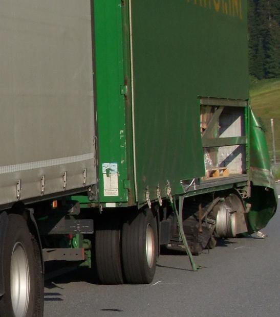 Unfall auf der A13 bei Nufenen (Polizeifoto: Kapo Graubünden)