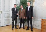 Der italienische Botschafter Cosimo Risi (Mitte) wird im Grauen Haus in Chur von Regierungspräsident Mario Cavigelli und Kanzleidirektor Claudio Riesen (rechts) willkommen geheißen.