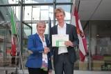 Regierungsrätin Barbara Janom Steiner gratuliert Arge-Alp-Preisträger Serafin Reiber bei der Preisverleihung in Trient.