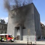 Fassadenbrand am Bündner Kunstmuseum in Chur. (Bild: Kantonsploizei Graubünden)