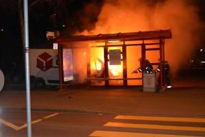 Lieferwagen total ausgebrannt in Chur. (Bild: Kantonspolizei Graubünden)
