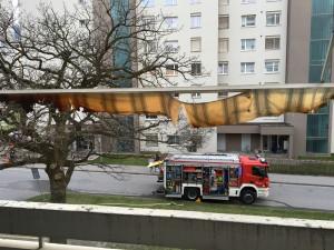 Feuerwehreinsatz wegen Balkonbrand. (Bild: Kantonspolizei Graubünden)