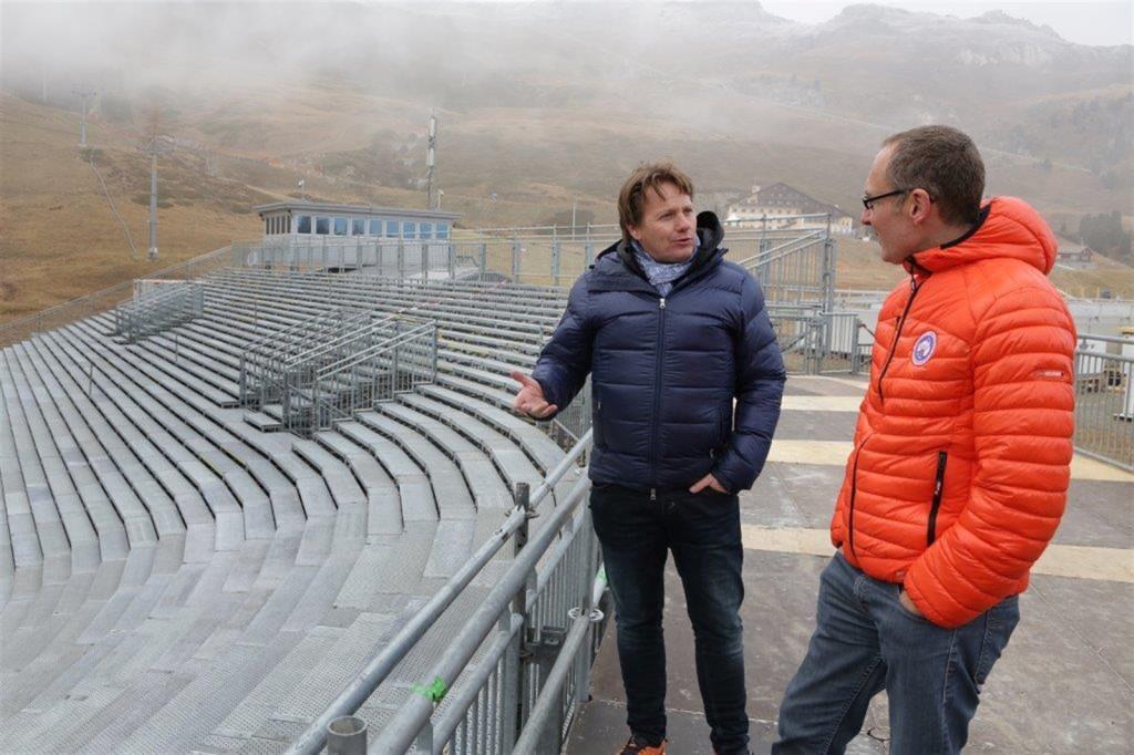 OK-Präsident Franco Giovanoli (links) zeigt Regierungspräsident Christian Rathgeb das Zielgebiet von Salastrains