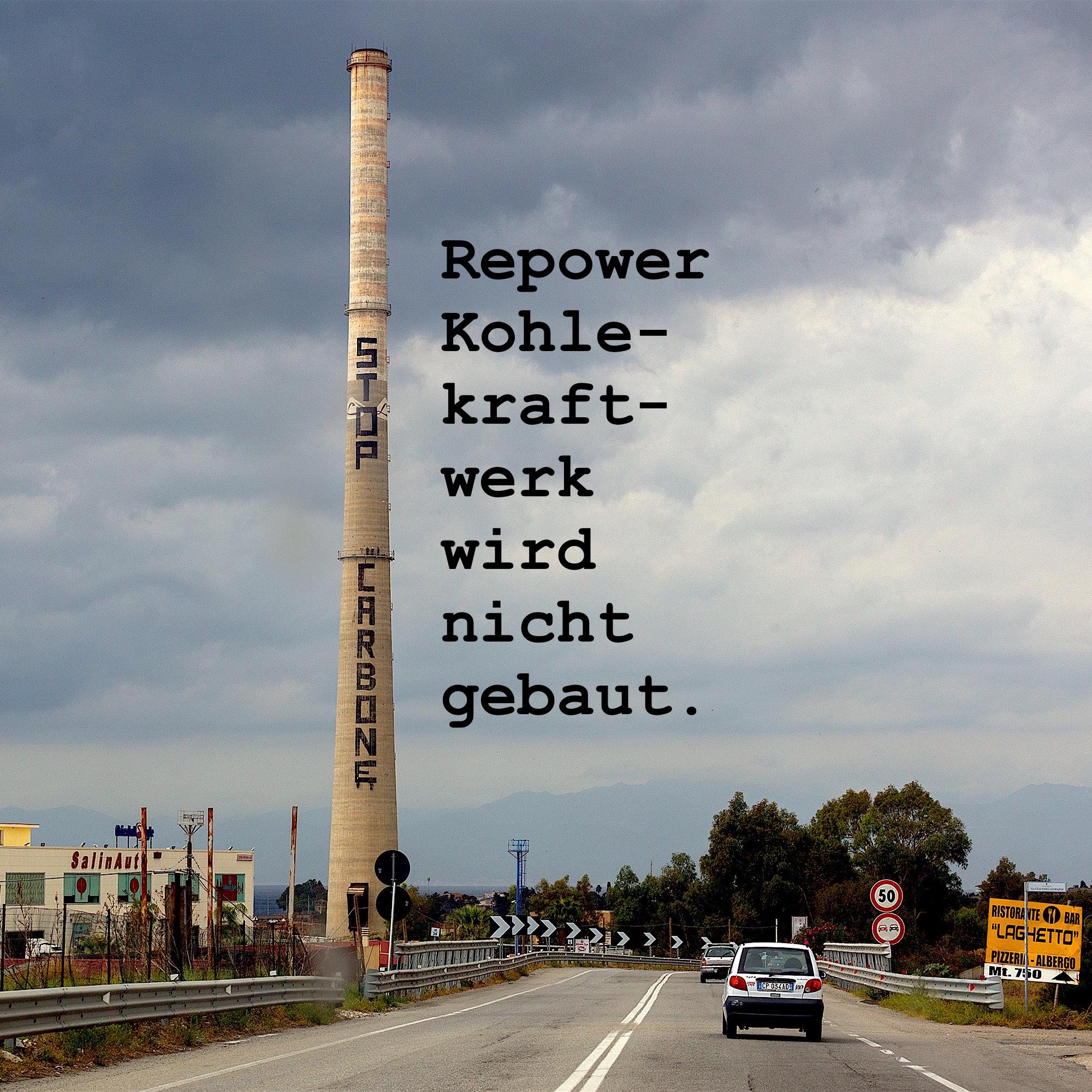 Foto des Kamins der Ex-Liquichimica in Saline Joniche mit der Aufschrift STOP CARBONE. «Repower Kohlekraftwerk wird nicht gebaut.»