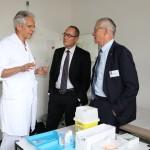 Von links: Dr. med. Felix Fleisch, Leiter Infektiologie, erklärt Regierungsrat Christian Rathgeb und Arnold Bachmann, Vorsitzender der Geschäftsleitung des Kantonsspitals Graubünden, weshalb die jährliche Grippeimpfung zu empfehlen ist.