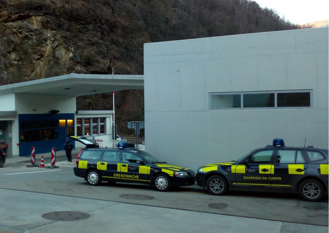 Die Grenze zwischen der Schweiz und Italien wird munter kontrolliert. Grenzposten wie zu alten Zeiten vor Schengen (Bild: Remo Maßat, RZ - Grenze Brüsc (Brusio / CH) und Thiran (Tirano / IT)