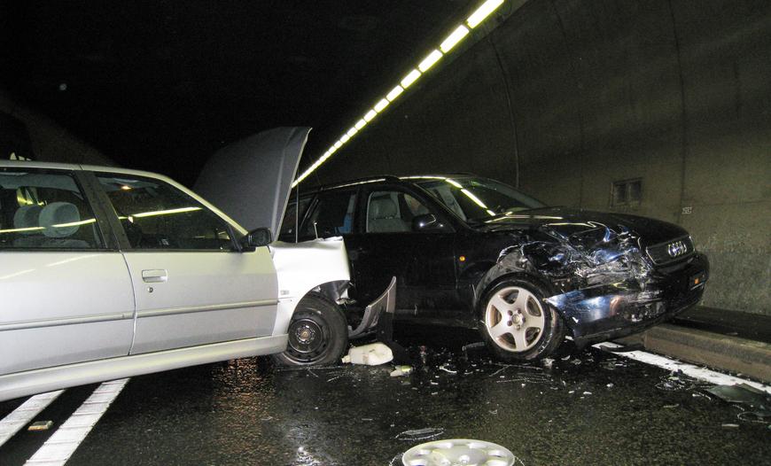 """(Foto: Archivbild eines Unfalls im """"Isla Bella""""-Tunel 2012, Quelle: Kapo Graubünden)"""