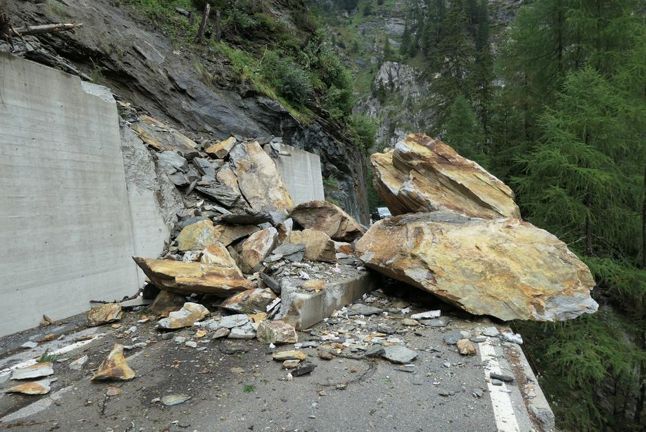 Sturzmasse mit demolierten Steinschutzmauer